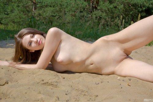 Симпатичная девочка Лиза на песочке