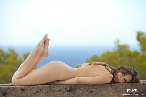 Соблазнительная обнажённая женщина Katie G с бритой киской на скамейке