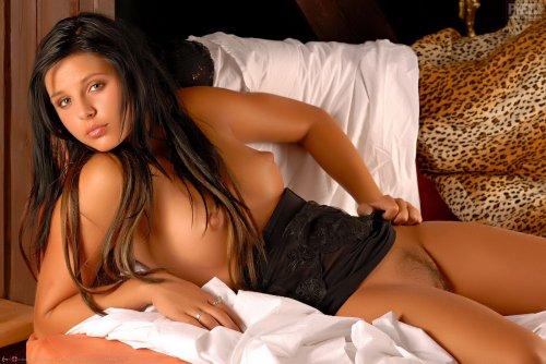 Привлекательная брюнетка Kristin Barnes позирует в прозрачной ночнушке