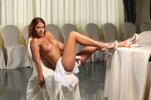 Шикарная девушка Alexa с большой силиконовой грудью в актовом зале
