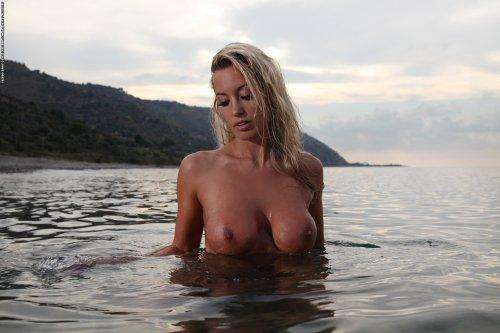 Janine купается голышом