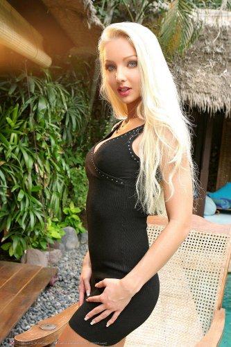 Бесстыжая блондинка Victoria Kruz сняла юбки и раздвинула двумя руками вагину