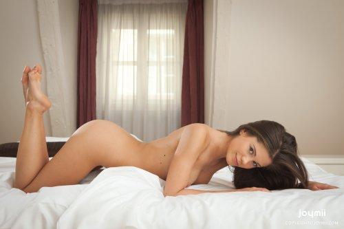 Знаменитая фотомодель Caprice любит мастурбировать перед камерой для фото