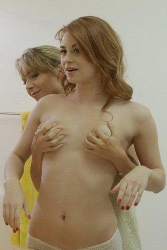 Ella Milano and Sage E. ласкаются в ванной