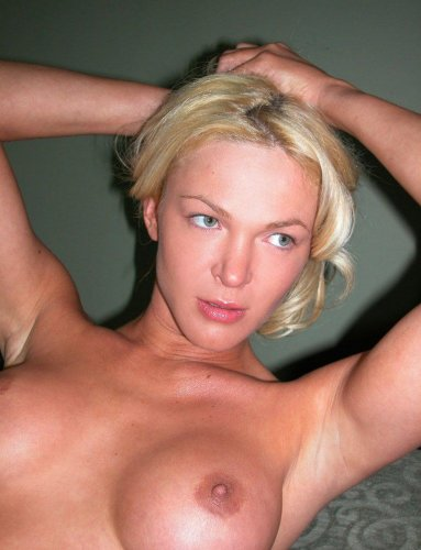 Частные эротические фото симпатичной загорелой блондинки на кухне