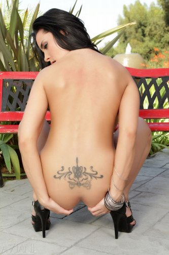 Горячая брюнетка Laura Lee с большой силиконовой грудью разделась во дворе у скомейки