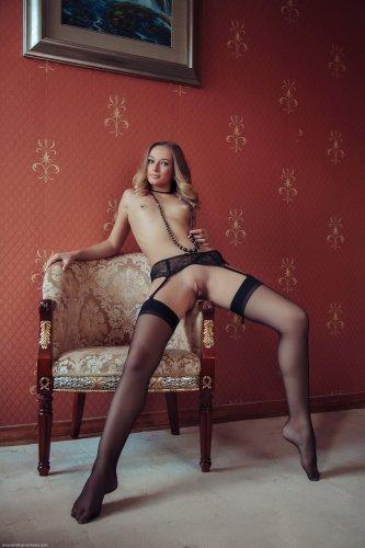 Милашка Amy Moore с красивой попкой и пухлой вагиной в чёрных чулках