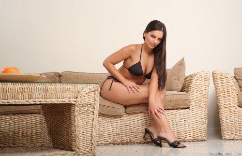 Eve Angel в чёрном бикини