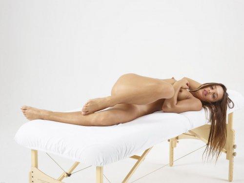 Dominika C на столе