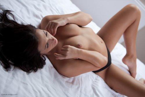 Tess Lyndon в постели