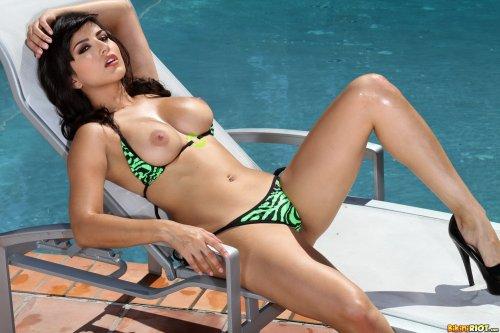 Знойная Sunny Leone у бассейна