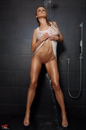 Randy Moore принимает душ