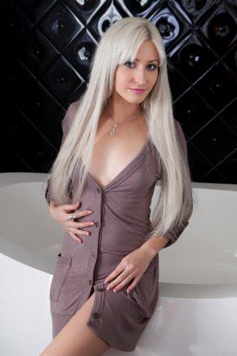 Блондинка Janelle раздевается в ванной