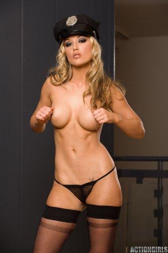 Знаменитая голая порнозвезда Kayden Kross в сексуальном костюме полицейского