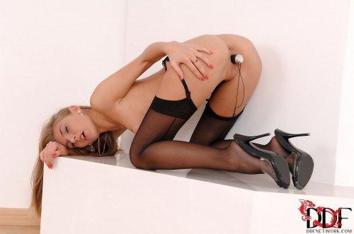 Стройная красотка Anjelica в чёрном эротическом белье с маленьким вибратором