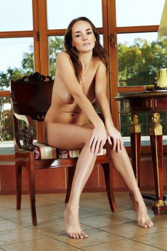 Milena голая позирует перед камерой