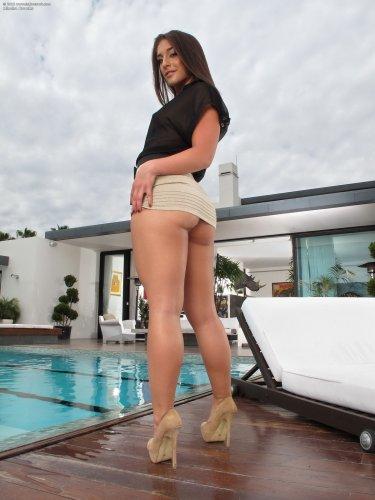 Mischa Brooks с розовой бритой пиздой мастурбирует белым вибратором у бассейна