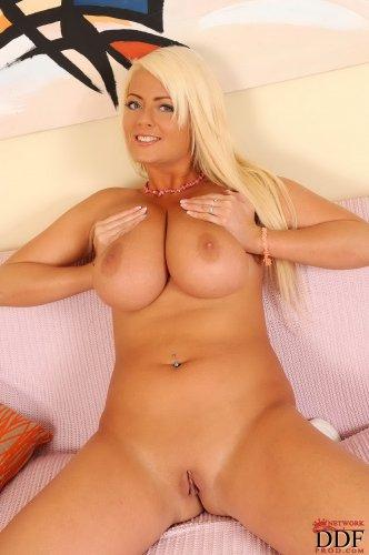 Сисястая блондинка Lola