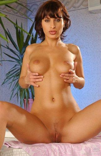 Секс бомба Veronika Vanoza с влажными сиськами и круглой попкой в сауне