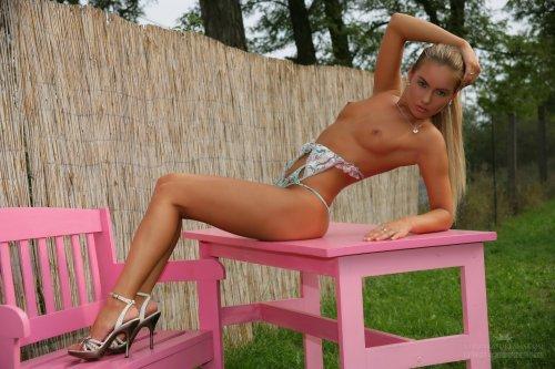 Страстная гламурная девчонка Veronika Fasterova разделась до гола во дворе