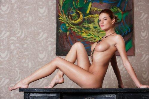 Эротическая фотосессия обнажённой Yanika на фоне картины для студии Met-Art