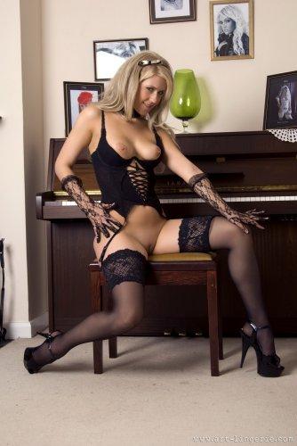 Сексуальная пианистка Jade в чёрных нейлоновых чулках и корсете