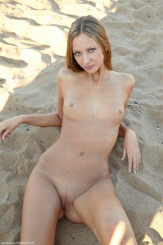 Обнажённая русская красотка Ксения сексуально позирует на песчаном пляже