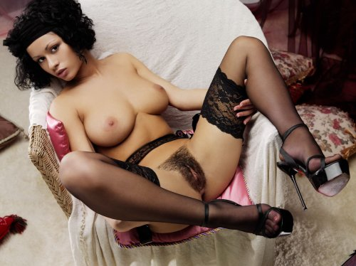 Pammie Lee с красивыми сиськами и лохматой пиздой