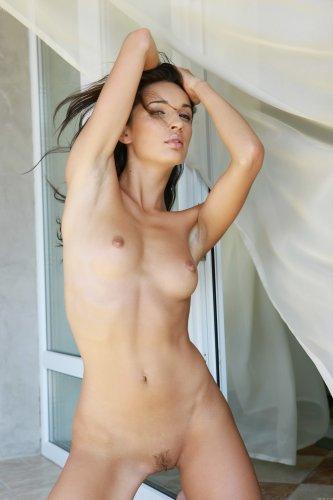Стройная сексуальная брюнеточка Ольга без трусов снимает платье на балконе