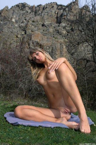 Шаловливая туристка Rafaella E делает эротические снимки на фоне гор