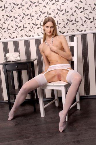 Длинноногая русская путана Rina фотографируется голая в белых чулках для сайта