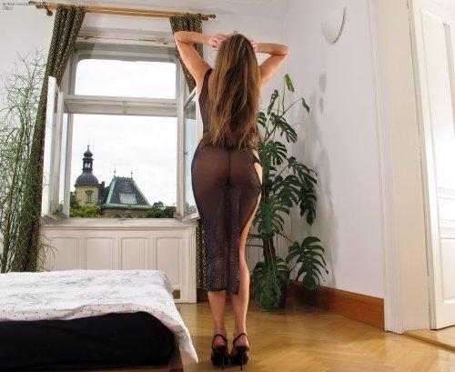 Длинноногая деваха Elisa снимает прозрачное платье и широко раздвигает вагину