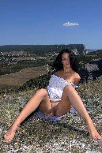 Раскрепощённая брюнетка Marla T сняла одежду и фоткается в горах голая