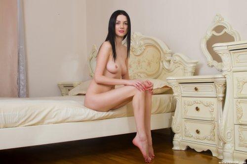 Русская горничная Olga разделась и позирует в спальне