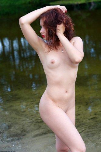 Симпатичная красавица Марина делает частные эротические фото в реке