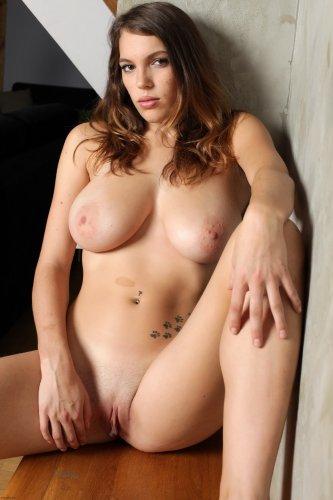 Эротические фото голой девушки Samantha с пышной натуральной грудью