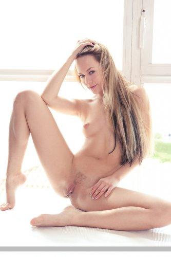 Длинноногая эротическая модель Angel B снимает прозрачную кофту и трусики