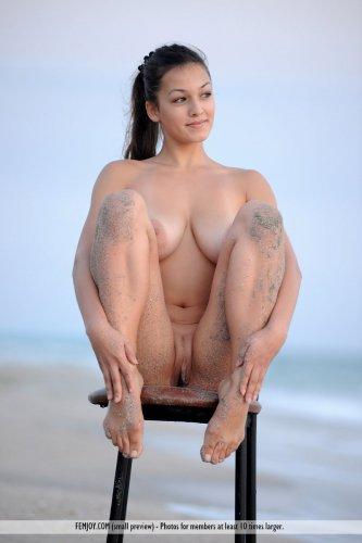 Море, стул и большие груди Sofie