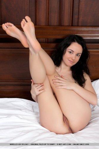 Барышня Mirelle с красивой натуральной грудью и волосатой пиздой голая в карьере