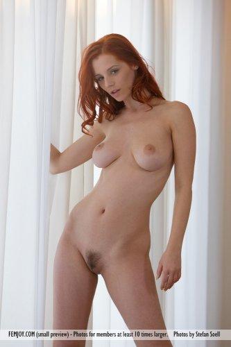 Чешская рыжеволосая порноактриса Piper Fawn на эротических фото в номере отеля
