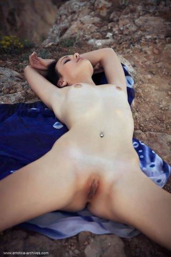 Голая скромная Desiree скинула платок и фоткается на фоне обрыва