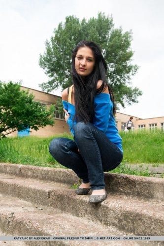 Молодая русская деваха Katya AC с подстриженной писей снимает одежду на природе