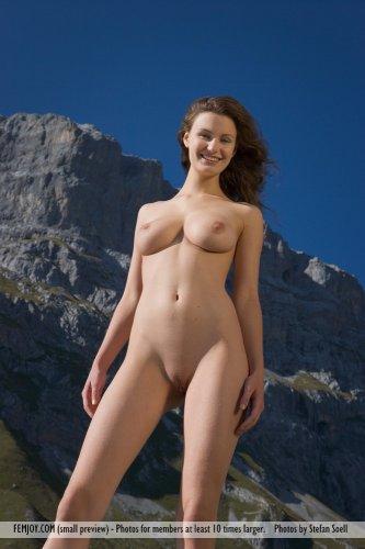 Улыбчивая Susann с отличным голым задом на эротических фото в горах