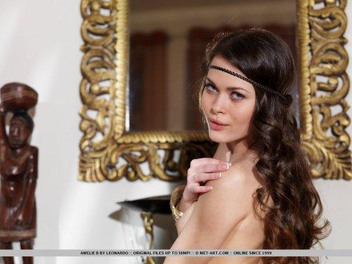 Кудрявая обнажённая Amelie B с волосатой пиздой на эротических фото