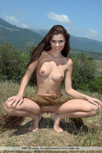 Длинноногая обнажённая Marina T. показывает эротику на свежем воздухе