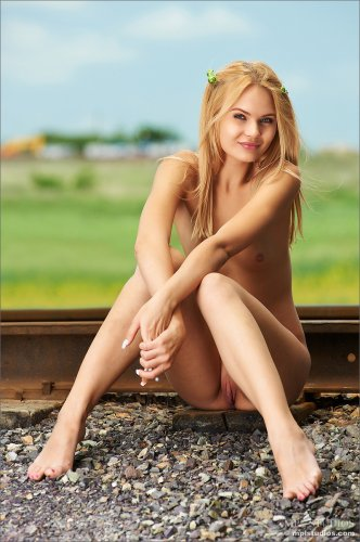 Милая девушка Talia Blonde фотографируется обнажённая на железнодорожных рельсах