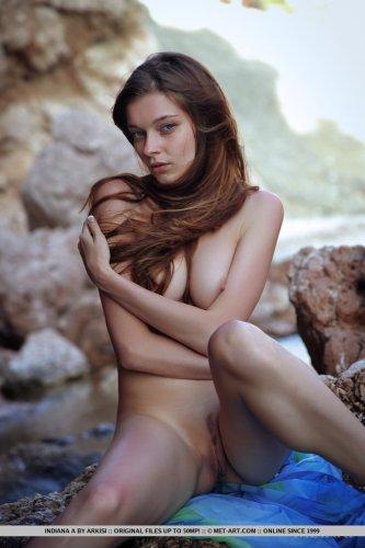 Привлекательная голая модель Indiana Belle с интимной причёской в виде полоски