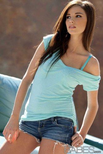 Сексуальная фотомодель Madison Morgan с идеальной попкой снимает одежду