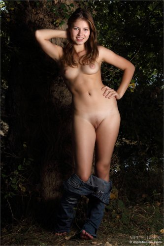 Раскрепощённая молодуха Jenna Naked снимает одежду в тёмном лесу
