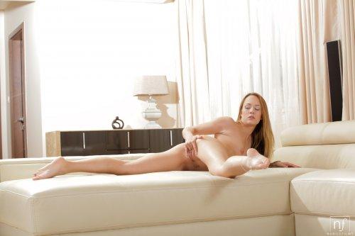 Сексопильная путана Blue Angel фотографируется голая в номере отеля